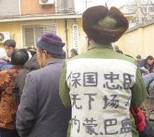 1月31日开始大批抓捕访民,近万人被遣返。但逮不尽抓不完,抓走一批又来一批。新报到的身着状衣的访民在北京高法门前排队等待领取事由表。(大纪元图片)
