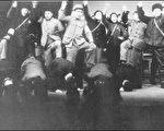 """中共大规模屠杀农民是一九六九年春""""一打三反""""运动,把清出来的阶级敌人五花大绑押到斗争会场跪下,交给群众斗争,严刑毒打,有的被割去两只耳朵,有的被劈去半边脑袋,有的被打折了两条腿。(网络图片)"""