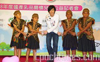 蕭敬騰關懷兒童 親赴災區送牛奶