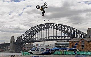 国人特拉维斯‧帕斯切拉驾驶摩托车成功从一架盘旋的直升机上空飞过。( GREG WOOD/AFP/Getty Images)
