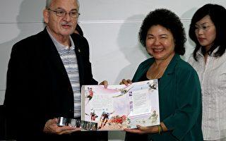 高雄市长陈菊(右)颁发感谢状给世界运动会总会(IWGA)主席朗佛契。(图片KOC提供)