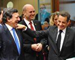 欧盟执委会主席巴洛索(左)表示,已经清除《里斯本条约》生效的最后障碍,图右为法国总统萨尔科齐。(AFP)