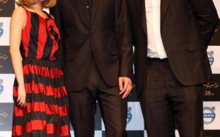 (左起)日本甜心歌手加藤(Miliyah Kato)、男主演罗伯特·帕丁森(Robert Pattinson)与导演克里斯·威茨(Chris Weitz)携手出席在日本的电影发布会。(图/Getty Images)