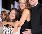 本片主演约翰-特拉沃塔(John Travolta)携妻子凯莉-普雷斯顿(Kelly Preston)、女儿艾拉·布鲁(Ella Bleu)一起现身,幸福洋溢令人艳羡。 (图/Getty Images)