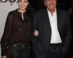 法国影帝阿兰·德龙(Alain Delon)头发斑白精神矍铄,携漂亮女儿亮相电影首映会。 (图/Getty Images)