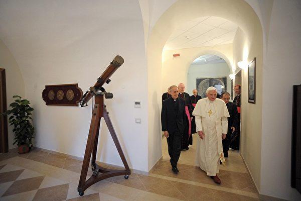 梵蒂岡天文台邀集各國科學家,探討外星人是否存在?若有,梵蒂岡天文台認為外星人也是上帝造物的一部分。圖為教宗本篤十六世參觀梵蒂岡天文台。(OSSERVATORE ROMANO/AFP/Getty Images)