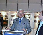 欧洲议会主席在欧议会纪念柏林墙倒塌20周年的图片展上讲话( 摄影:李孜/大纪元)