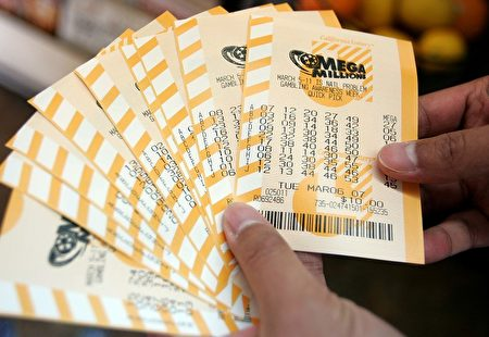 美国一名男子两次购买相同号码的彩票,竟然两次中大奖。图为彩票示意图。(Justin Sullivan/Getty Images)