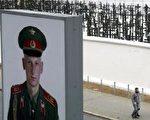 查理边境检查站旧址重修一小段柏林围墙。墙外有1,065个纪念柏林墙受难者的十字架。(图片来源:Getty Images,摄于2004年11月8日)