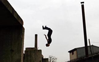 科索沃波列火車站,一群少年練習跳躍。 (Armend Nimani/AFP/Getty Images)