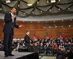 """美国总统奥巴马16日在上海一个美国式的镇民大会(town hall meeting)中与被安排的""""学生""""对话(MANDEL NGAN/AFP/Getty Images)"""