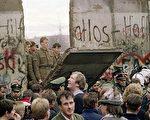 20年前,西德民众聚集在柏林墙前,看到东德的士兵砸开了一个大缺口。(法新社)