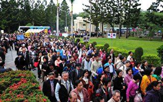 22日上午7點多鐘來自亞洲與台灣學員匯聚一堂,排隊等候進入法輪大法法會會場,人龍從惠蓀堂大門口排到馬路上去。(攝影記者:蘇玉芬/大紀元)