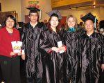 11月13日晚7時,ICT/ILS互動語言學院在位於休斯頓市中心的Interactive Theater舉 辦2009年度學生畢業典禮。圖為華裔畢業生與校長Cynthia Bryson(右二)合影,左 一為該校華人招生代表May Chen。(攝影:孫玉玟/大紀元)