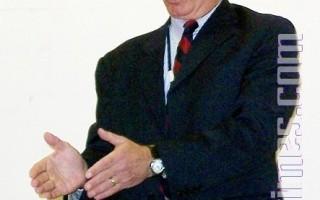 纽约州劳保委员会代表古尔贝格正在介绍什么是劳工保险。(摄影﹕黄毅燕/大纪元)