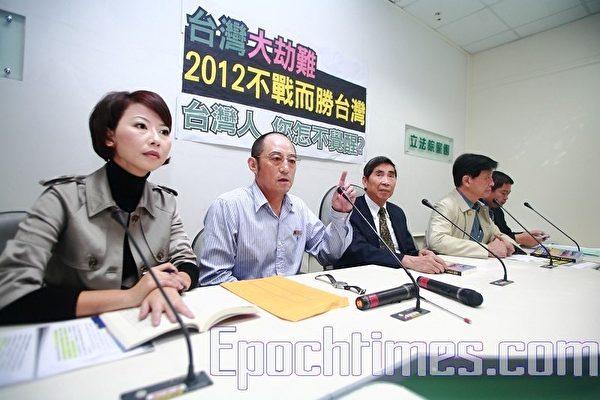 袁红冰(左二)出书提醒台湾民众中共对台湾虎视眈眈(摄影:宋碧龙╱大纪元)