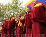 西藏僧人祈祷和平(图:大纪元)