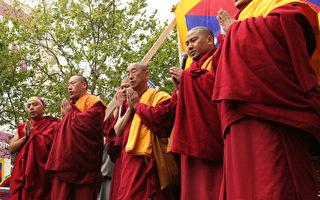 西藏僧人祈禱和平(圖:大紀元)