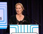 「老戲骨」梅麗爾-斯特里普(Meryl Streep)登臺發言,她在臺上大扮鬼臉。(圖/Getty Images)