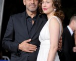 主演乔治·克鲁尼(George Clooney)搂着身穿白裙的女拍档维拉·法米加(Vera Farmiga) 出镜。 (图/Getty Images)