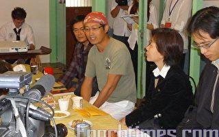 主辦人盧銘世老師(右3)特別請到嘉義文化局副局長房婧如(右2)蒞臨致詞,並為嘉義女兒節帶來誠摯的祝福。(攝影:李擷瓔/大紀元)