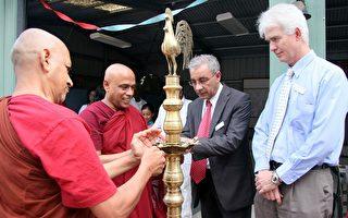 昆士兰多元文化事务部主席Magdi El Hag 及副主席Michael Hogan为庆祝活动点灯。(摄影:林珊如/大纪元)