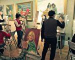 """图﹕11月5日参加第二届""""全世界华人人物写实油画大赛""""的选手们在纽约萨玛港笛艺术馆现场写生﹐交流绘画心得。(摄影﹕文忠/大纪元)"""
