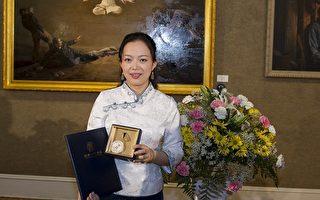 来自加拿大的画家陈肖平以作品《震撼》荣获大赛金奖(摄影:爱德华/大纪元)