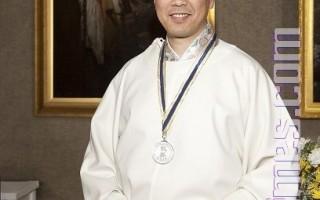 来自日本的画家李圆以作品《囹圄中的大法徒》荣获银奖。(摄影:爱德华/大纪元)