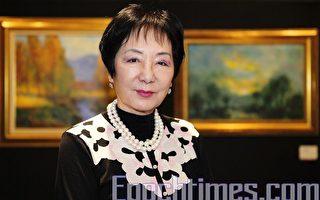 """香港著名女油画家钱迪励强调,自己的作品就是要传递正面的讯息给观众。她赞扬新唐人""""全世界华人人物写实油画大赛""""发扬正统艺术,传递正面讯息,鼓励大家继续参赛。(摄影:潘在殊/大纪元)"""