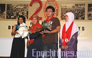 廢除內安法令聯盟的代表諾萊拉(Norlaila Othman)(左二)接受人民之聲所頒發的人權獎。(攝影:張建浩/大紀元)