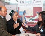 2009年法兰克福书展上,欧洲大纪元时报主编周蕾女士对热比娅进行了短暂的采访(摄影:吉森/大纪元)