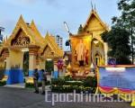 载泰国随处可见泰国国旗和泰王巨幅彩色画像(大纪元)