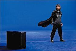 伍佰為新歌「銀河特快」拍MV,自行設計一款「宇宙海賊」造型。(月光音樂提供)