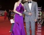 呂良偉(右)穿著灰色復古格紋西裝,英國紳士風格再現。(攝影:宋碧龍/大紀元)