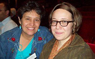 伊麗莎白‧貝利(右)和她母親露絲‧貝利一起來觀看了神韻紐約藝術團在休斯敦的首場演出。(攝影: 張嵩/大紀元)