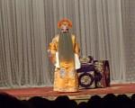 黄三泰(舒桐饰演)出场,为得黄马褂事正高兴著。中国戏曲学院演出。