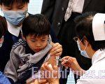 全港逾9百名私家醫生28日開始為市民注射豬流感疫苗,但反應未如理想。圖為家長帶同子女到西環學生健康服務中心注射疫苗。(攝影:潘在殊/大紀元)
