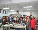 泰北高中成人教育陶藝班學員在結業後與吳德賢老師合影留念。(攝影:李容耕/大紀元)