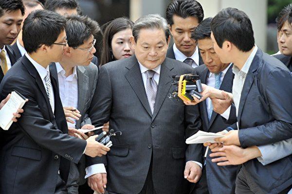 前三星集團總裁李健熙在8月份面對媒體採訪。( JUNG YEON-JE/AFP/Getty Images)