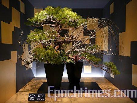 池坊派藏重伸女士和中野幽山先生的大型插花作品在館內展出(攝影:吳麗麗/大紀元)