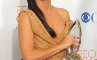 """珊卓布拉克分别获得""""最受欢迎电影女星""""与""""最受欢迎喜剧电影""""的奖项最风光(图/Gettyimages)"""
