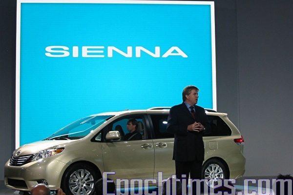 豐田副總裁 Bob Carter 在09洛杉磯車展介紹 10年豐田第三代 Sienna。(大紀元圖片)