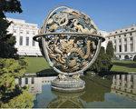 浑天仪又称浑象,是由有刻度的金属圈组成,这些圆形的骨架代表天体的赤道、黄道、子午圈等。金属球代表天体,而浑象的中央通常是地球或太阳。浑象主要用作展示围绕地球的天体轨迹。图为瑞士日内瓦联合国欧洲总部的巨型青铜浑天仪。(法新社)