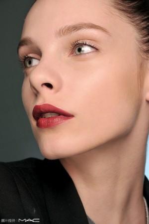 飽和但透明感的唇是今年的重點,可利用兩種不同材質的唇部產品來層疊,例如淺色唇線筆畫滿整個唇,再把唇膏用唇刷加疊上去,即可讓唇色亮麗。(M.A.C)
