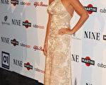女星佩内洛普·克鲁兹(Penelope Cruz) 以一袭绣花粉裙展露古典风韵,而左手无名指上的钻戒,似乎闪耀着幸福光芒。(图/Getty Images)