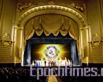 2010年1月7日晚10点,神韵纽约艺术团在旧金山歌剧院最后一场演出,在观众雷鸣般的掌声中落下帷幕。至此,连续5天7场的神韵演出,为旧金山的观众画下了意犹未尽的句号,一万多现场观众享受了神韵艺术团带来的中华传统文化艺术盛宴。(摄影:马有志/大纪元)