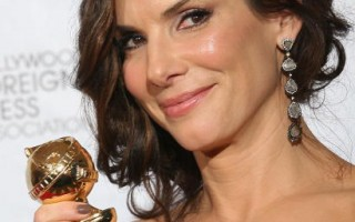 女星珊卓布拉克(Sandra Bullock)以「攻其不備」(The Blind Side)奪下金球獎劇情類影后。 (圖/Getty Images)