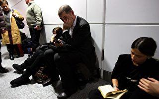 2010年1月20日,德国慕尼黑机场因炸弹警报关闭后,旅客被滞留在候机大厅3个多小时。(Alexander Hassenstein/Getty Images)