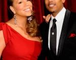 玛丽亚·凯莉(Mariah Carey)和老公尼克-卡农(Nick Cannon)一起亮相红毯,小老公也十分配合的在旁边护花,上演了一场红毯夫妻恩爱秀。(图/Getty Images)